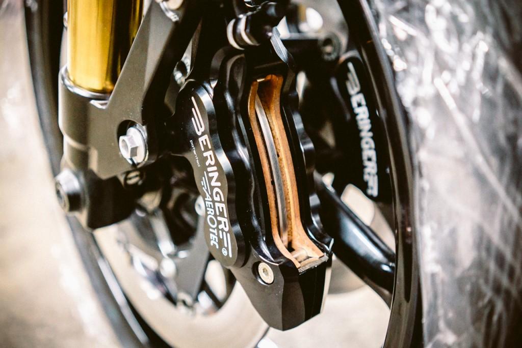 Gros plan étrier de frein Honda FX650 préparée - Atelier Mécaservices92