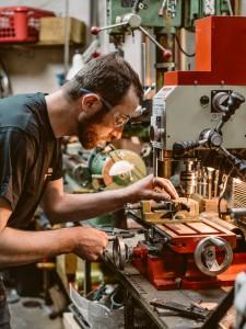 isidore delgrosso qui fabrique une pièce - Atelier Mécaservices92