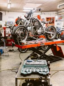 Moto démontée sur pont élévateur - Atelier Mécaservices92