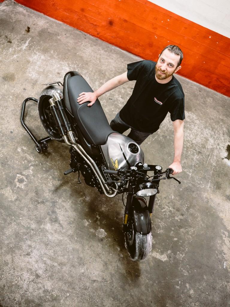 Vue de haut d'Isidore Delgrosso et sa Honda FX650 préparée - Atelier Mécaservices92